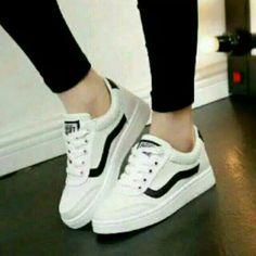 Saya menjual Sepatu vans putih plat hitam seharga Rp54.000. Dapatkan produk  ini hanya 04683564ad