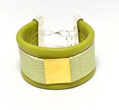 Bransoletka wykonana z wysokiej jakości włoskiej naturalnej skóry bydlęcej licowej. Kolor: oliwkowy, jasny zielony. Przewleczona mosiężna blaszka. Zapięcie posrebrzane. Bransoletka układa się na...