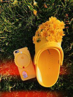 ~🐥☀️🌻~ ~not our photo~ vsco chicken crocs flowers vscogirl filters beauty i bracelets Aesthetic Colors, Summer Aesthetic, Aesthetic Photo, Aesthetic Pictures, Aesthetic Yellow, Aesthetic Fashion, Arte Fashion, Pop Art, Model Foto