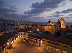 Colombia 01 Puerto, fortalezas y conjunto monumental de Cartagena Resguardado en una bahía del mar Caribe, el puerto de Cartagena posee el conjunto de fortificaciones más completo de toda Sudamérica. Un sistema de zonificación divide la ciudad en tres barrios diferenciados: