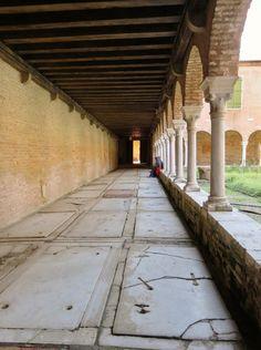 Un chiostro dove ogni rumore si fa vano e rimane l'essenziale.  Chiostro di San Francesco della Vigna, Venezia.