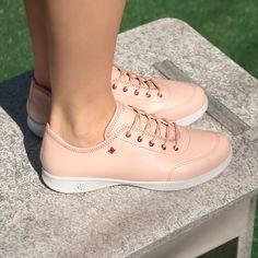 5c6e25a6120 Tênis rosa básico e casual feito em material sintético. Perfeito para os  looks fresquinhos do. Cravo   Canela
