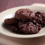 Chocolate Peanut Butter Cookies You're just 5 ingredients and 20 minutes away from a decadent chocolate dessert. Per Cookie Calories - 100 Carbohydrates - 10g Saturated Fat - 2g Protein - 3g Sodium - 110mg