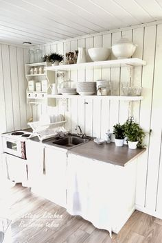RUUTUOVEN TAKAA : Mökkikeittiö Cottage Kitchens, Home Kitchens, Cozinha Shabby Chic, Concrete Kitchen, Buying A New Home, Scandinavian Kitchen, Summer Kitchen, Cottage Interiors, Home Interior Design