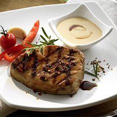 Mélanger la sauce marinade Teriyaki, l'huile, le jus et zeste de citron ainsi que la poudre de piment.En badigeonner les steaks de thon.