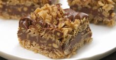 No-Bake Chocolate Oat Bars. Only 10 mins of prep and no oven. Easy No-Bake Chocolate Oat Bars - Need a sweet treat that doesn't require heat? Try our No-Bake Chocolate Oat Bars! This simple delight whips up quickly and mixes crunch with chocolate taste. Chocolate Oats, Chocolate Peanut Butter, Chocolate Cobbler, Chocolate Chips, Magic Chocolate, Chocolate Snacks, Chocolate Squares, Baking Chocolate, Flourless Chocolate
