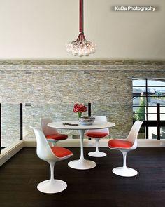 Buy Round Tulip table in fiberglass Eero Saarinen White 15417 in the UK Décoration Mid Century, Mid Century Decor, Tulip Table, Tulip Chair, Mcm Furniture, Mid Century Modern Furniture, Dining Room Design, Contemporary Furniture, Decoration