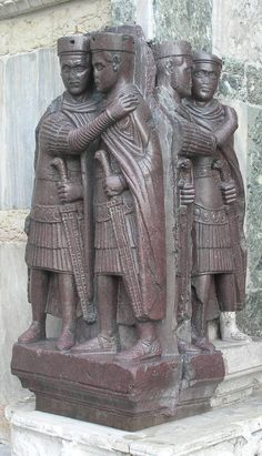 Los Tetrarcas (esculpidos a finales del siglo III d.C) representan a los emperadores romanos Diocleciano, Maximiliano, Valeriano y Constancio, aunque un cuento popular afirma que se trata de unos ladrones islámicos que quedaron petrificados al intentar robar el tesoro de la Basílica - Portal Fuenterrebollo