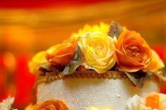 de archivo - Pastel de boda con el amarillo y el naranja levanta en ...