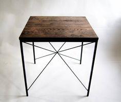 """Stół kuchenny modernistyczny """"KIRUNA X"""" tak jak inne nasze meble został wykonany w 100% ręcznie, jego drewniany blat zrobiony jest z dębu. Trzykrotne ręczne olejowanie drewna zapewnia mu doskonałą ochronę."""