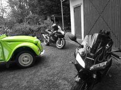 2 moto et une 2 chevaux