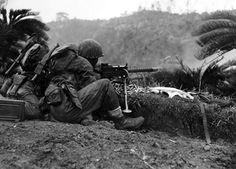 1945 : marines au combat sur Okinawa Sud. Une mitrailleuse légère de calibre.30 établit un appui-feu d'une attaque d'infanterie. Ces armes automatiques ont été des éléments cruciaux dans les opérations de la compagnie de carabiniers