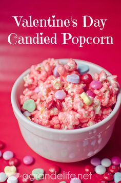 Valentine's Day Candied Popcorn Keller yum Valentines Day Desserts, Valentine Treats, Holiday Treats, Holiday Recipes, Kids Valentines, Holiday Decor, Candy Popcorn, Popcorn Balls, Desserts Valentinstag