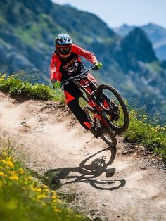As a beginner mountain cyclist, it is quite natural for you to get a bit overloaded with all the mtb devices that you see in a bike shop or shop. There are numerous types of mountain bike accessori… Mtb Enduro, Freeride Mtb, Mtb Bike, Mtb Downhill, Montain Bike, Bike Photography, Mountain Bike Trails, Kayak, Bicycle Maintenance