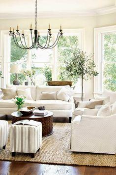En la decoración de salas pequeñas el color blanco es uno de los más usados para decorar. Paredes, suelos, muebles, sofá... Cualquier elemento de tu salón puede estar en dominio de este color. Si estás planteándote decorar tu casa usando el color blanco, inspírate en las fotos que te mostramos a...
