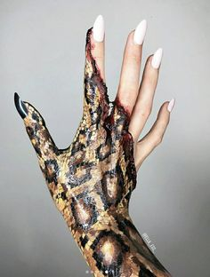 Schlangenhandkunst für Halloween … IG: elle_ess_ - Halloween Make-up Creepy Halloween Makeup, Scary Makeup, Halloween Looks, Halloween Nails, Hand Makeup, Face Paint Makeup, Spx Makeup, Hand Kunst, Fete Halloween