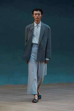 Runway Spring-Summer 2022 - Lemaire-EU Male Fashion Trends, New Fashion, Fashion News, Spring Fashion, Fashion Beauty, Fashion Show, Fashion Design, Paris Fashion, Celebrity Style