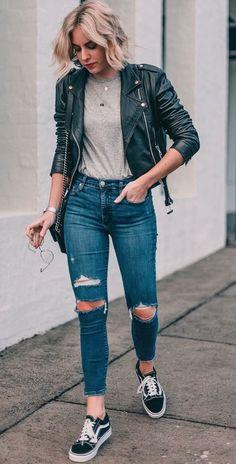 5 it girls basiquinhas para seguir no Instagram. Jaqueta de couro, t-shirt cinza, calça jeans com rasgo no joelho, tênis preto vans old sckool