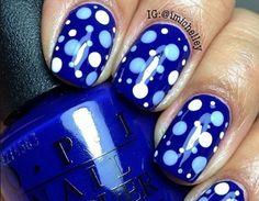 Manicure a pois nei toni del blu