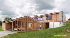 Farmhouse in Niederbayern, Bavaria - Desde un lado se ven los dos cuerpos de esta casa de granjero contemporánea en Baja Bavaria, Alemania