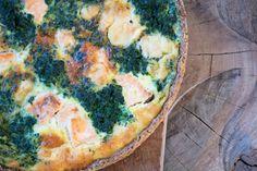 Spinattærte med laks bagt i en lækker og sund hjemmelavet tærtebund med masser af smag og sprødhed - Se opskrift og billeder her