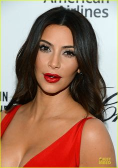 Kim Kardashian is one of the most popular personalities in Hollywood. Everyone seems to have a love-hate thing for her and her family but there's no denying that the Kardashian and Jenner sisters are the prettiest brood in Hollywood. Looks Kim Kardashian, Kardashian Beauty, Kardashian Style, Kardashian Photos, Kourtney Kardashian, Kim Kardashian Wedding, Kim Kardashian Eyelashes, Kim Kardashian Red Dress, Beauty Make-up