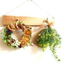 ○アーティフィシャルフラワー○ドライ木ノ実○ドライフルーツ本物のフルーツを装飾用にドライ加工した物です。オレンジは月日がたつと色褪せてきます。ドライオレンジのフレッシュなリース秋の木ノ実と一緒にアレンジしています。爽やかなグリーンとイエローの小さなお花が可愛いスワッグとの組み合わせです。ーーーーーーーーーーーーーーーーー以前プレートをご購入していただいたお客様に限り、リース&スワッグのみの販売もしております。お花のみの価格に変更させていただきますのでご購入のお手続きに進まれる前にメッセージでお知らせくださいませ。ーーーーーーーーーーーーーーー○リース 横 約20cm ドライオレンジ葡萄ブルースターフーセンポピーパクリ、ミニ松かさ他木ノ実ジャスミンリーフドライ ユーカリの実 ゴールドシナモンスティックユーカリジャスミンリーフグリーンリーフガーデンハーブ○スワッグ 約30cm〜ユーカリ小花リーフ イエローハートカヅラその他グリーンラファア ナチュラル○プレート ナチュラル横40cm 縦6cm 厚み1.9cm厚みがあるしっかりした板です。○スワッグ、リースは取り外した...