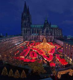 Weihnachtsmarkt am Kölner Dom. repinned by www.parkett-direkt.net