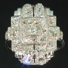 Strong design Art Deco platinum diamond ring, ca. 1920.