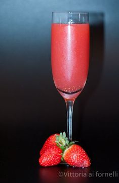 Rossini, cocktail primaverile con fragole e prosecco Quick Recipes, Quick Easy Meals, Famous Cocktails, Berry Tart, Bellini, Prosecco, Cocktail Drinks, Food Art, Buffet