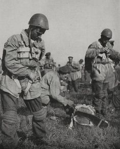 Italian air force paratroopers preparing for military exercises, Italy, World War II, photograph by Luce from L'Illustrazione Italiana, Year LXXI, No 51, December 17, 1944. Pin by Paolo Marzioli