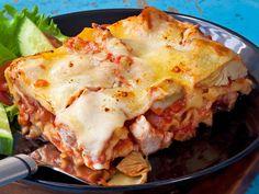 Lasagnessa voi olla myös broilerinsuikaleita ja mozzarellaa. Tarjoa broilerilasagne raikkaan salaatin kanssa.