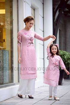 Baby twins fashion daughters New ideas Mom Daughter Matching Dresses, Mom And Baby Dresses, Dresses Kids Girl, Kids Outfits, Mother Daughter Fashion, Kids Dress Patterns, Embroidery Suits Design, Kurta Neck Design, Kids Lehenga