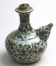 Persian style Chinese tea pot of blue and white porcelain. Missing lid. 16th century
