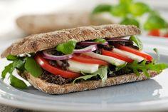 Sandwich med mozzarella, tomat og basilikum