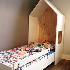 Bedhuisje slaapkamer peuter jongen. Bed en bedhuisje zelf gemaakt, valrekje van ikea, dekbed van Hema