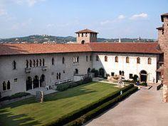 Fotografia della corte interna del Castello. A sinistra l'ala della Galleria, a destra l'ala degli uffici.