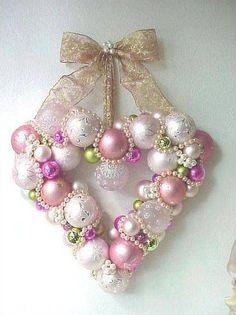 Guirlanda de Natal em formato de coração com bolas de natal