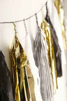 A gold, silver and black streamer will also hang on the walls of the venue, preferably under the banner with the year. This will make the banner stand out due to the vibrant colors and attain the attention of all the guests.