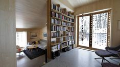 40 KVADRAT: Tilbygget er cirka 40 kvadratmeter stort. Gulvet er betong, vegger og tak i osp, bokhyllen i eik. FOTO: Vidar Ruud, NTB Scanpix