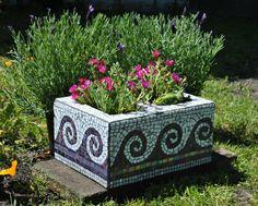 Upcycled mosaic cinder block garden planter-purple tile and white glass wave motif Upcycled Mosaik Asche Block Garten Pflanzer-lila Fliese und weißes Glas Wellenmotiv
