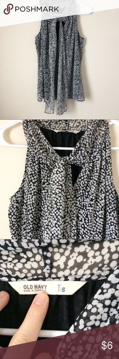 Old Navy top Old Navy sleeveless top perfect for work or dinner out. 100% polyester and fully lined. Toes around neck or you can leave it loose. Size small Old Navy Tops