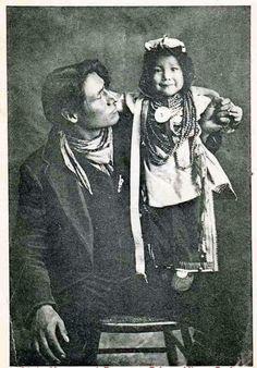 'Cree father with child' ~ City Studios, Prince Albert, Sask Source: PA Historical Society Native American Children, Native American Pictures, Native American Beauty, Indian Pictures, American Indian Art, Native American Tribes, Native American History, Native Americans, American Symbols