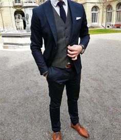 Brighten up you dark menswear suits with a classic white pocket square. Brighten up you dark menswear suits with a classic white pocket square. Mode Masculine, Costume Marie Bleu, Navy Groomsmen, White Pocket Square, Pocket Squares, Mode Costume, Look Man, Elegantes Outfit, Herren Outfit