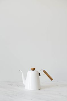 A traditional enamel coffee drip kettle that's weighted and ergonomically designed with a handle that allows you to pour with ease, the pouring spout you come to expect from a well crafted pouring kettle that gives you the control you need. Steel coated in glass giving you a nice aesthetic along with the absence of a metal taste. Can be used on any heat surface including induction! 800ml (1.4L full capacity) Material: enamel coated steel, wood handle