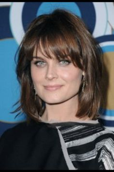 Emily Deschanel - HQ Images Of The Fox Fall Party - bones Photo Haircuts For Round Face Shape, Haircut For Face Shape, Haircut For Square Face, Square Face Hairstyles, Face Shape Hairstyles, Wavy Hairstyles, Older Women Hairstyles, Beautiful Hairstyles, Medium Hair Cuts