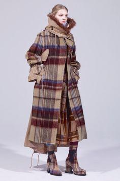 The complete Sacai Pre-Fall 2018 fashion show now on Vogue Runway. Autumn Fashion 2018, 50 Fashion, Fall Fashion Trends, Fashion News, Womens Fashion, Fashion Design, Fashion Clothes, Stylish Coat, 50 Style