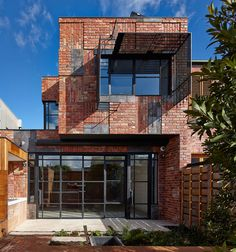 Arciphilia — enochliew: Cubo House by PHOOEY Architects The. Brick Architecture, Urban Architecture, Tadelakt, Brick Facade, Architect House, Brick Building, Brickwork, Industrial House, Classic House