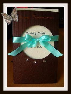 Invitación c/sobre suajado, grabado c/pedrería Disponible en otros colores