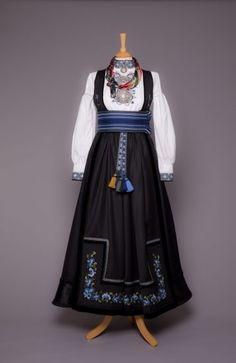 Almankås Beltestakk med blått broderi Norwegian Clothing, Traditional Outfits, Blue Bird, Quilt Patterns, Scandinavian, Costumes, Folklore, Norway, Sweden